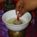 saquitos herbales, se sumergen en aceite de sésamo caliente para que infusionen y desprendan todos sus principios activos
