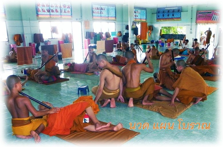 monjes budistas transmiten masaje tailandés